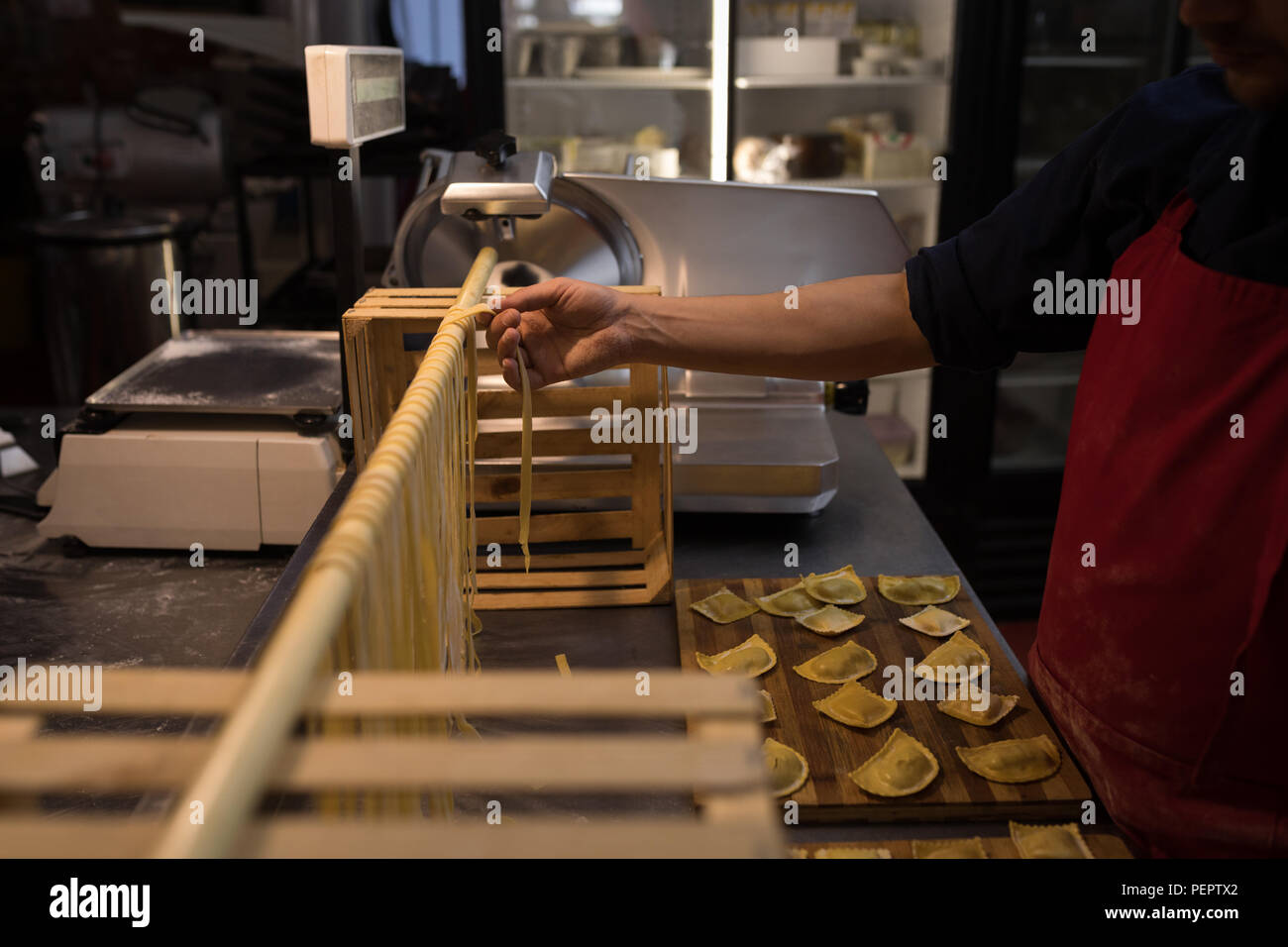 Baker preparare la pasta fatta a mano in forno Foto Stock