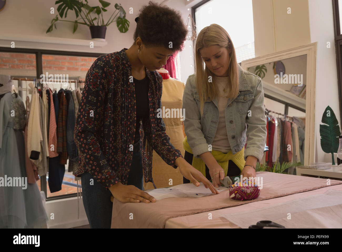 Fashion designer che lavorano su tessuto Immagini Stock