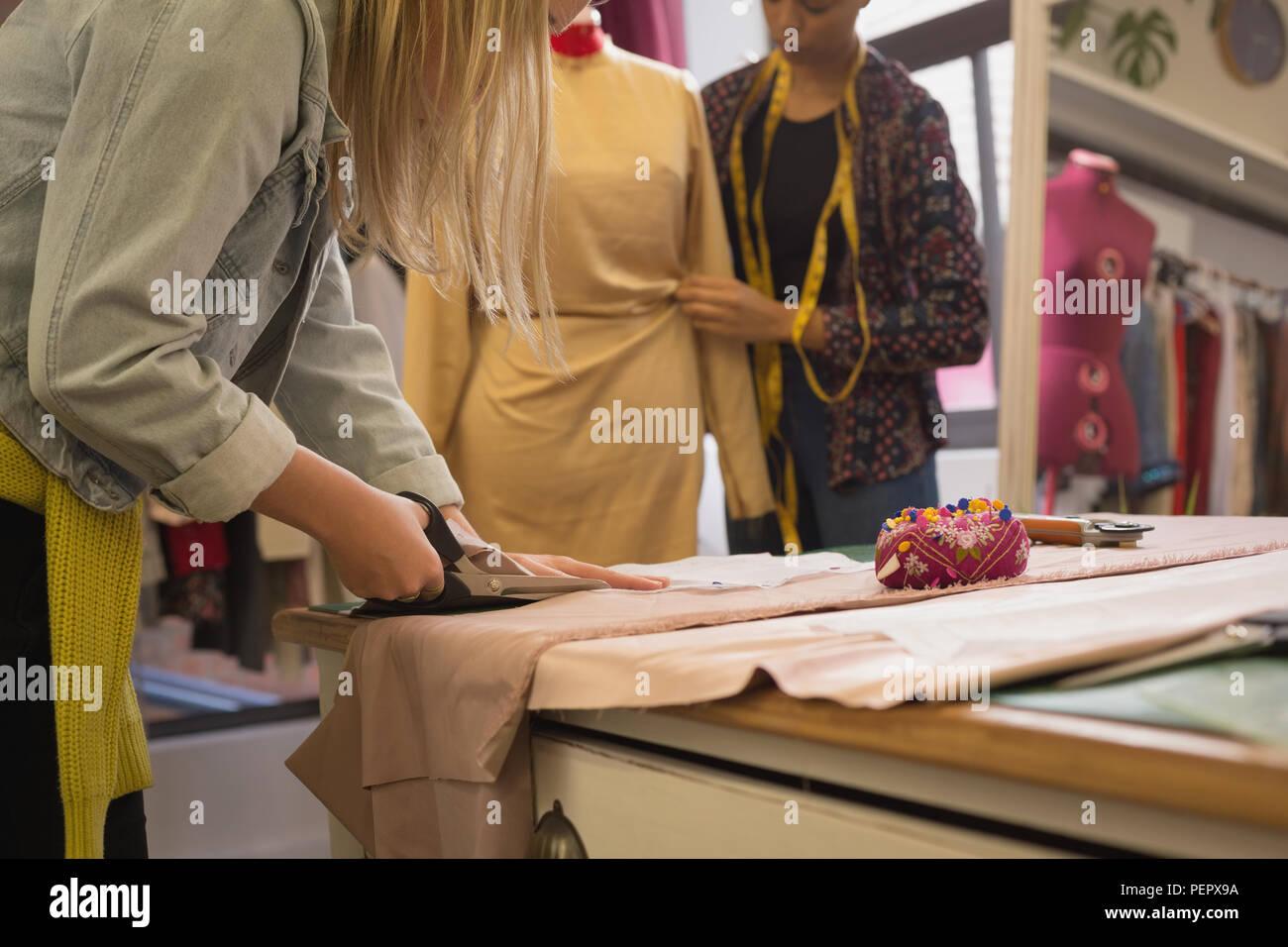 Designer di moda il taglio di tessuto Immagini Stock