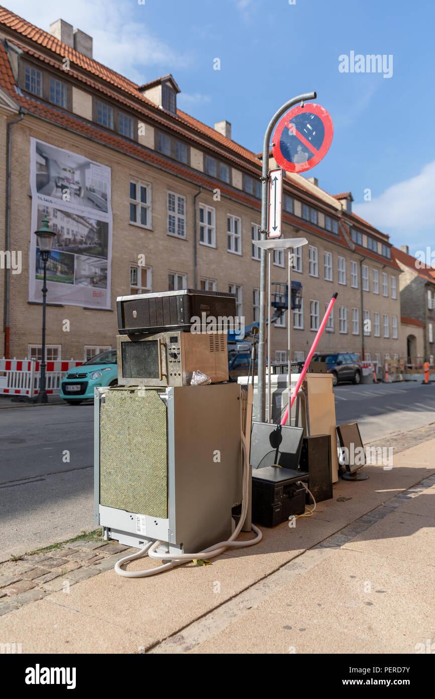 Scartato elettronica per uso domestico in strada Immagini Stock