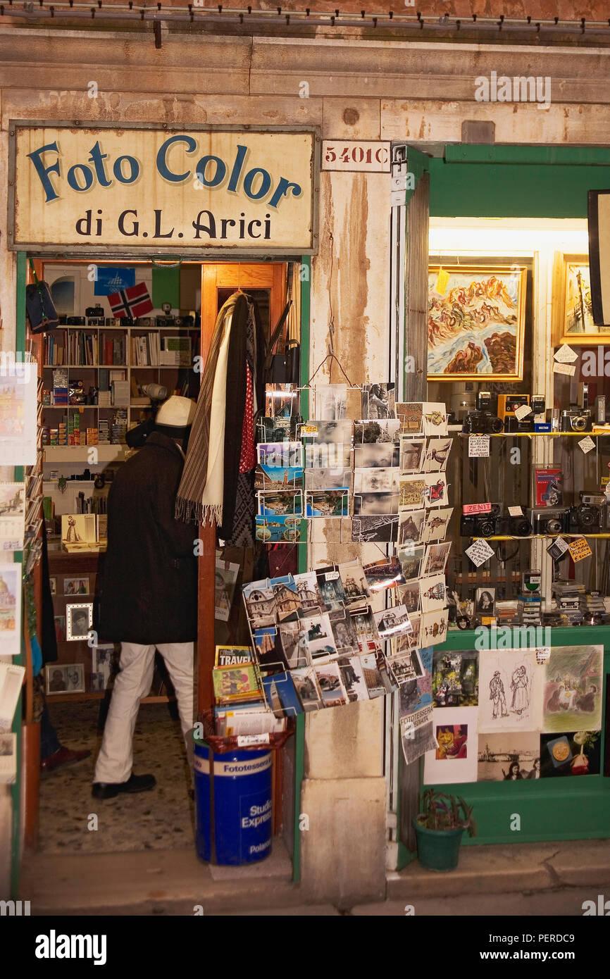 Foto a colori, Calle Larga Giacinto Gallina, Cannaregio, Venezia: un vecchio negozio di fotografia Immagini Stock