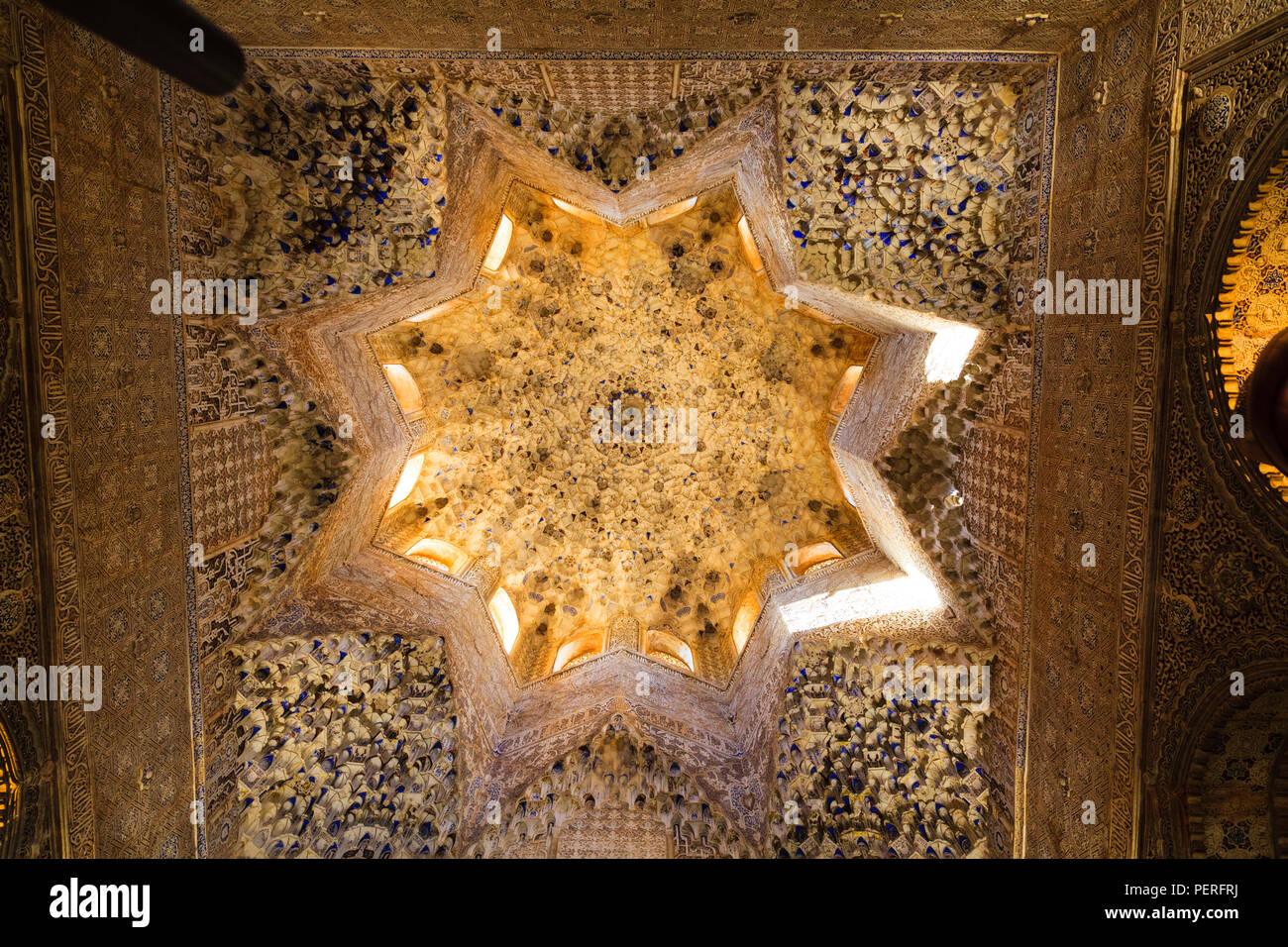 Cercando in ornato e decorativi di architettura islamica soffitto presso il Palazzo Alhambra di Granada Spagna Immagini Stock