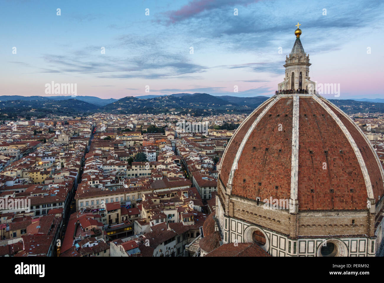 Firenze, Italia - 23 Marzo 2018: turisti si riuniscono sulla cupola del Duomo di Firenze Duomo per guardare il tramonto. Immagini Stock