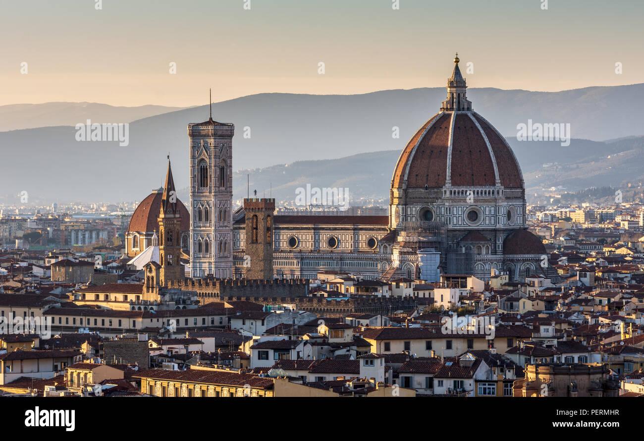 Firenze, Italia - 22 Marzo 2018: attrazioni fra cui il Duomo di stand nel paesaggio urbano rinascimentale di Firenze, con le colline di Monteferra Immagini Stock