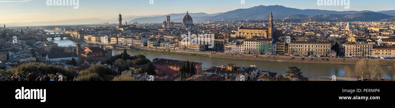 Firenze, Italia - 22 Marzo 2018: pomeriggio sole illumina il paesaggio urbano di Firenze, compreso il punto di riferimento il Duomo e il Ponte Vecchio Immagini Stock