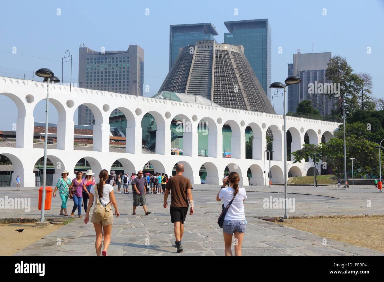 RIO DE JANEIRO, Brasile - 19 ottobre 2014: la gente visita quartiere Lapa di Rio de Janeiro. Nel 2013 1,6 milioni di turisti internazionali visitato Rio. Foto Stock