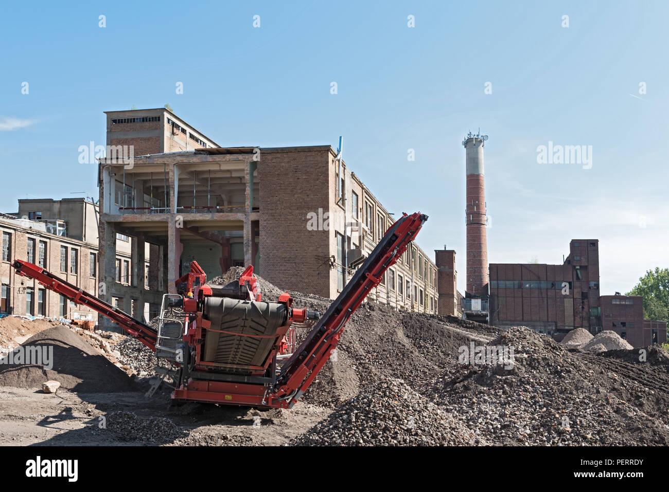 La ricostruzione e la demolizione parziale di un vecchio ex cartiera. Foto Stock