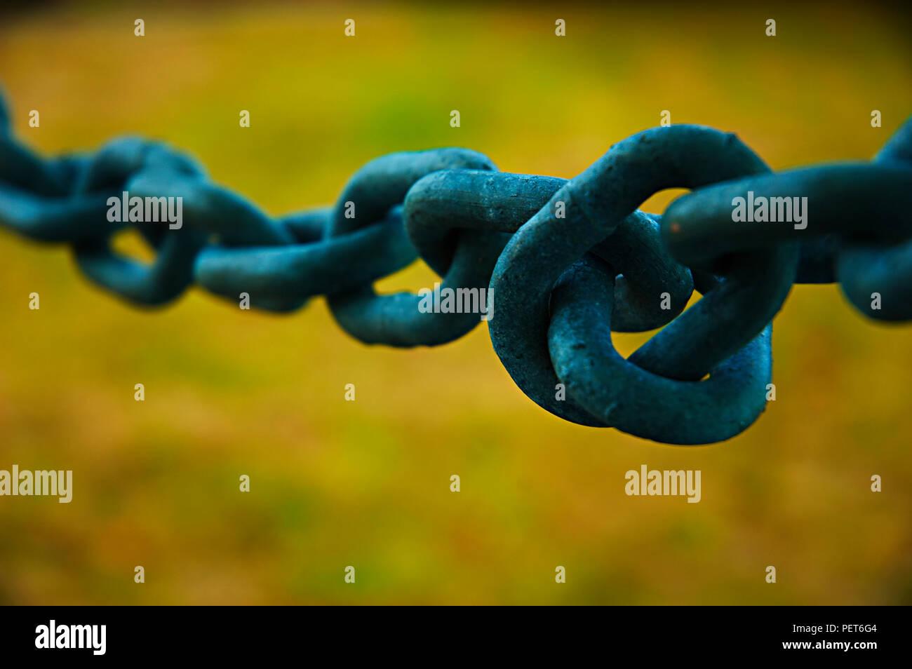 Una catena ritorto link- che rappresenta e che illustra la sensazione di confusione e di emozioni contrastanti della malattia mentale. Immagini Stock