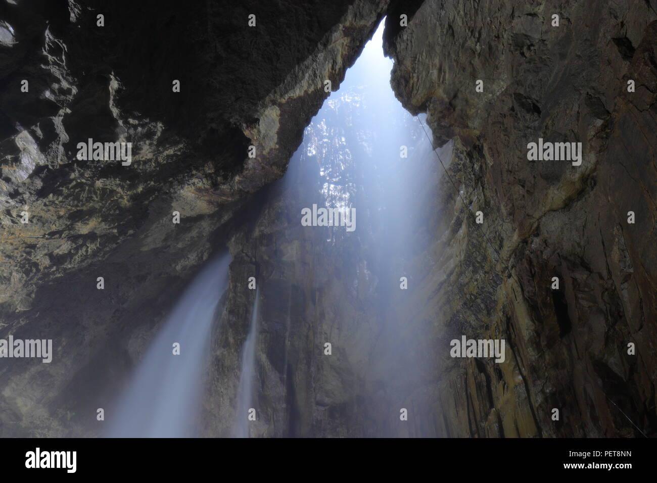 Schiusi verricello Gill soddisfare nel Yorkshire Dales gestito da Craven buca Club che permette di pagare i visitatori di essere winched giù il Regno Unito la più grande grotta naturale. Immagini Stock