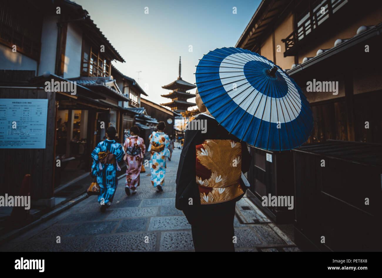 Bella giapponese donna senior a piedi nel villaggio. Tipica giapponese allo stile di vita tradizionale Immagini Stock
