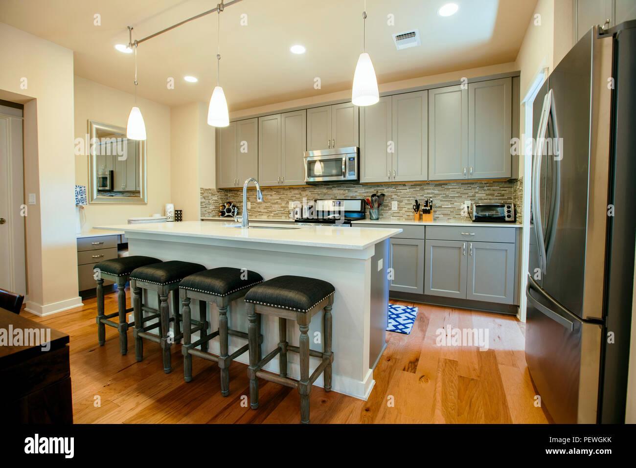 Casa moderna cucina con verde grigio dotato di unità un isola per