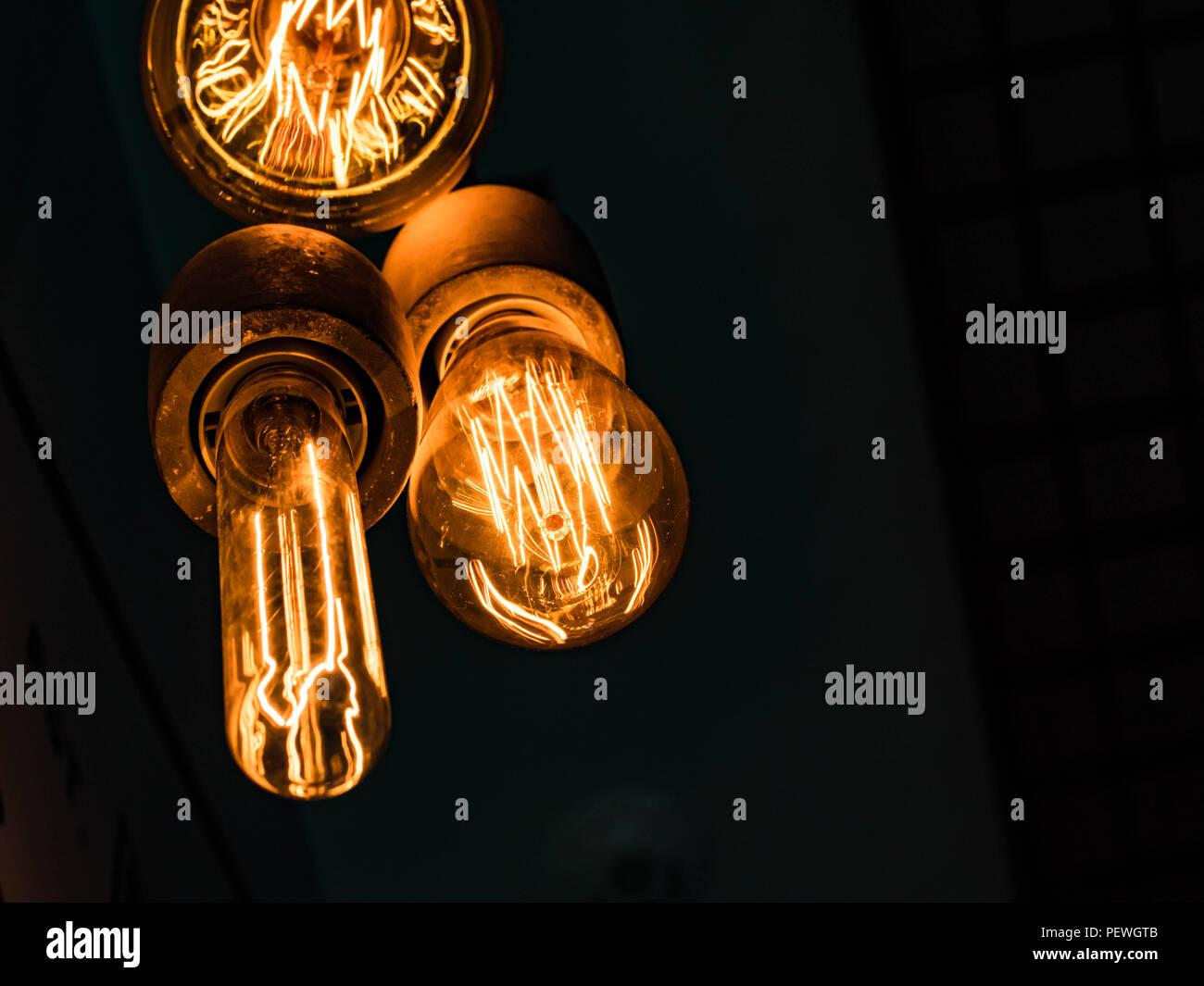 Diversi tipi di vintage incandescente lampadine su nero lampade