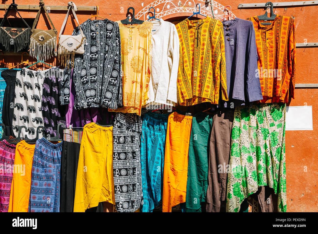 Stile Indiano negozio di abbigliamento, strada del mercato di Hampi, India Immagini Stock