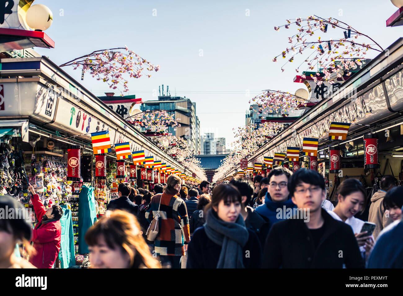 Strada del mercato di Asakusa nei pressi di Senso-ji il santuario in Tokyo, Giappone Immagini Stock