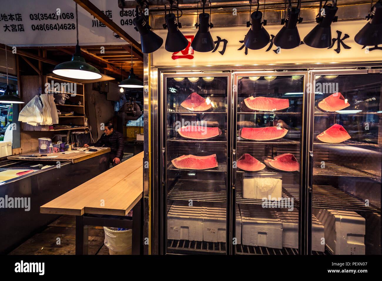 Il mercato del pesce di Tsukiji a Tokyo in Giappone Immagini Stock