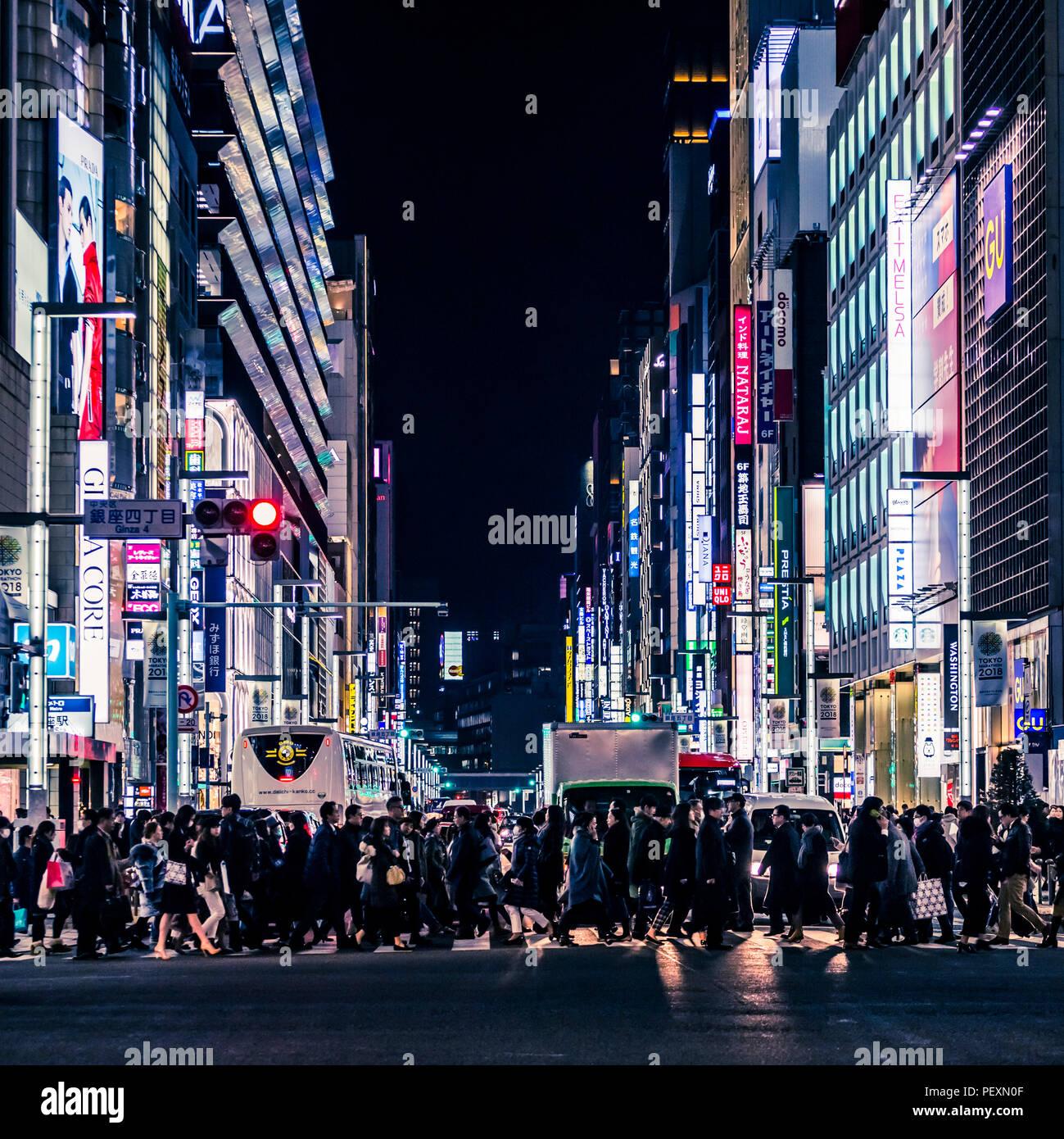 La folla di persone su strada nel quartiere di Ginza, Tokyo, Giappone Immagini Stock