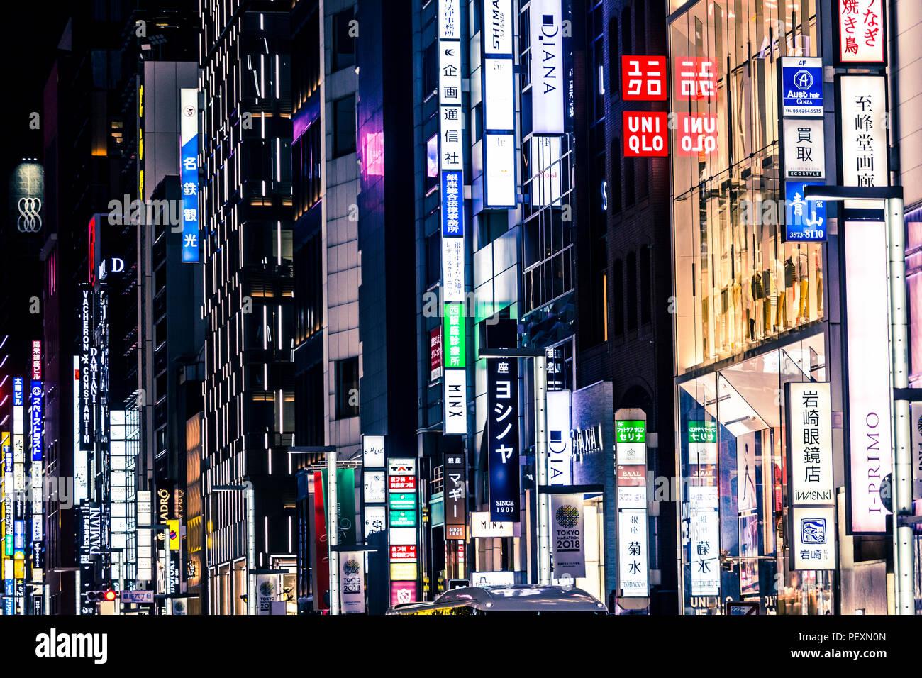 Luci al neon nel quartiere di Ginza, Tokyo, Giappone Immagini Stock