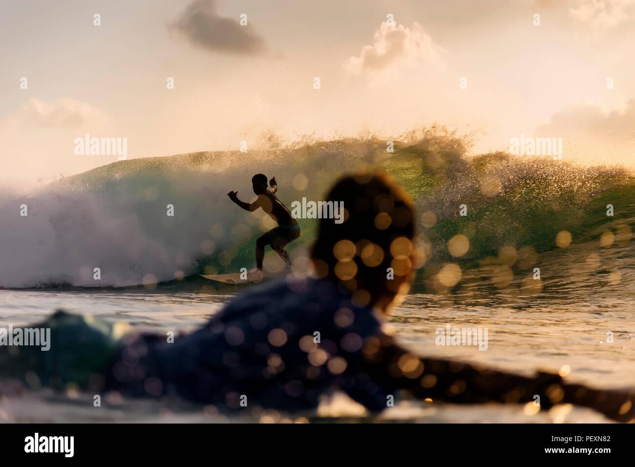 Due surfisti in mare Foto Stock