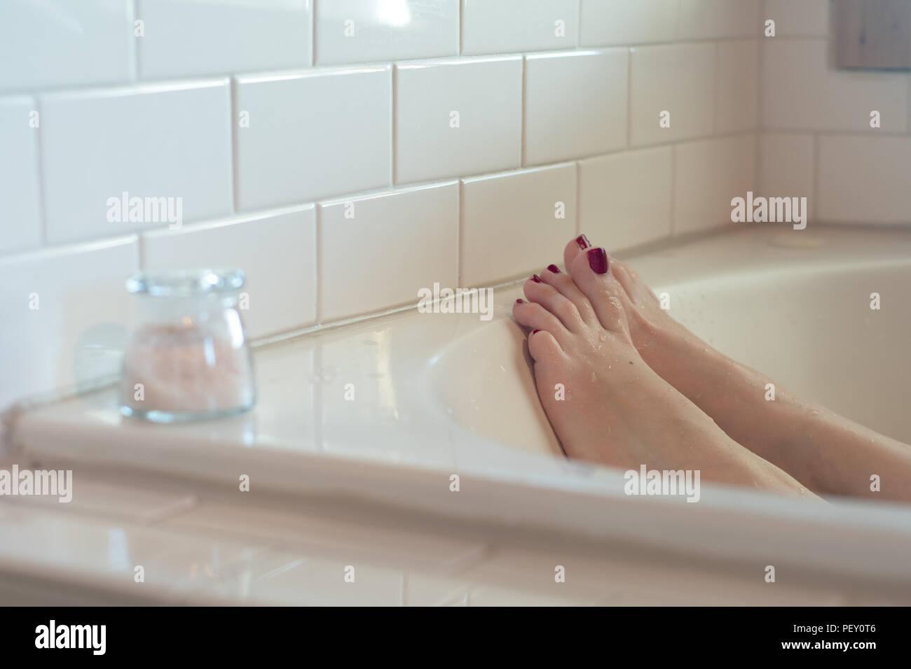 Vasca Da Bagno Un Metro : Il piede femminile con viola scuro smalto per unghie in una