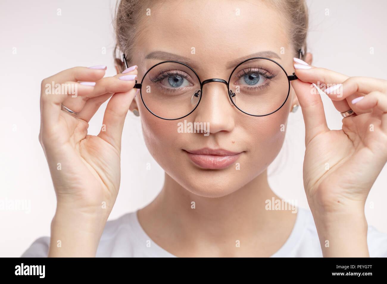 nuovo stile eab51 171ec Bella donna mettendo su nuovi occhiali. ragazza sta cercando ...