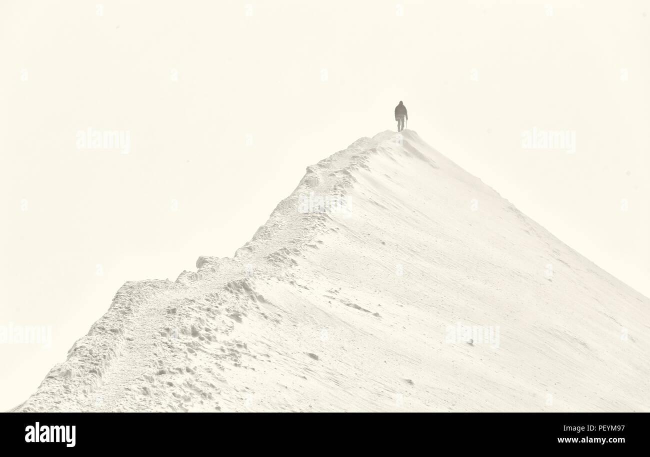 Un unico scalatore avvicinandosi alla vetta del Mont Blanc Immagini Stock