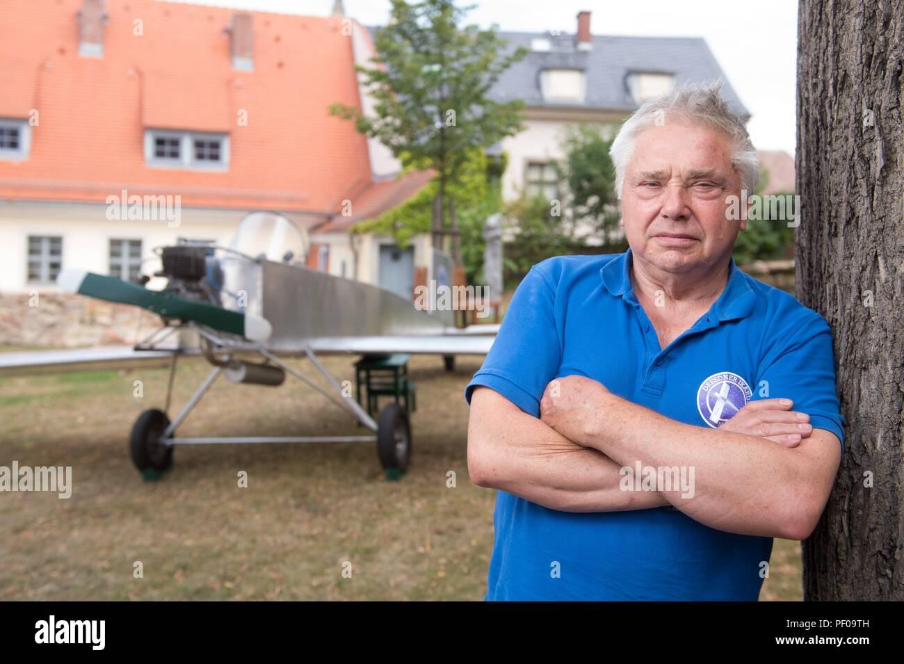 """Meissen, Germania. 18 Agosto, 2018. Michael Schlosser sorge nella parte anteriore della sua auto-costruito aeromobile """"Ikarus"""". Nato in Turingia, egli segretamente costruito un piano nella RDT nel 1983 a fuggire in Germania Ovest, ma è stato tradito e condannato e comprato dalla BRD sei mesi più tardi. Nel 2007, egli ha ricreato il suo piano di fuga per la prima volta per un film - con il guscio esterno del piano in alluminio invece di poliestere. Credito: Sebastian Kahnert/dpa/Alamy Live News Immagini Stock"""