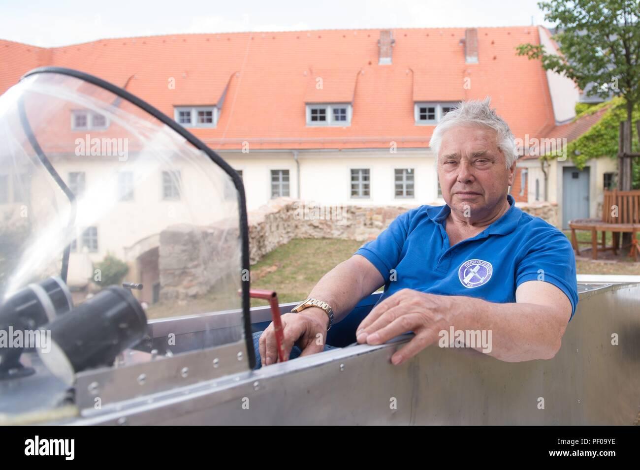 """Meissen, Germania. 18 Agosto, 2018. Michael Schlosser siede dentro la sua auto-costruito aeromobile """"Ikarus"""". Nato in Turingia, egli segretamente costruito un piano nella RDT nel 1983 a fuggire in Germania Ovest, ma è stato tradito e condannato e comprato dalla BRD sei mesi più tardi. Nel 2007, egli ha ricreato il suo piano di fuga per la prima volta per un film - con il guscio esterno del piano in alluminio invece di poliestere. Credito: Sebastian Kahnert/dpa/Alamy Live News Immagini Stock"""