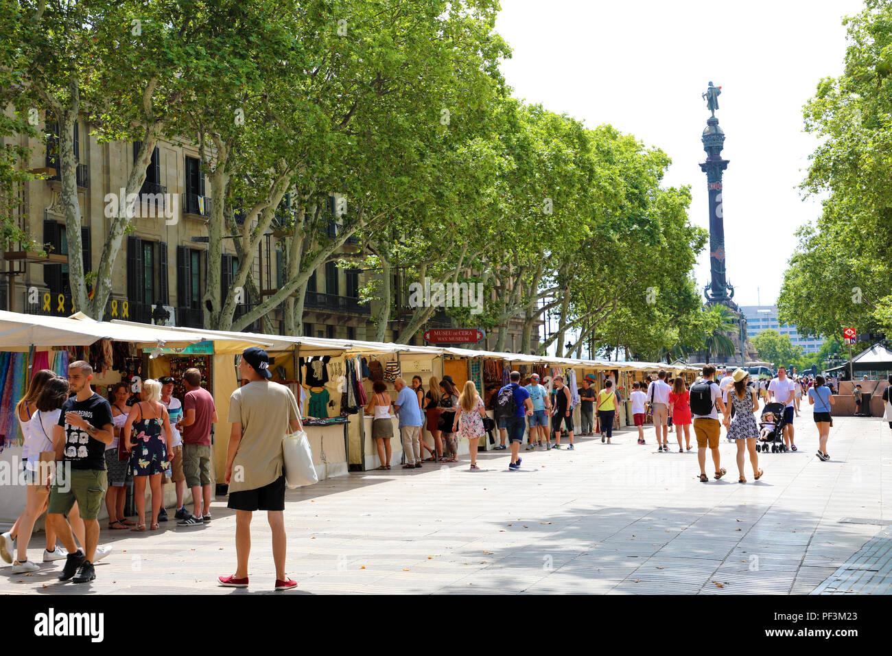 Barcellona, Spagna - 13 luglio 2018: la gente camminare in questa famosa zona pedonale di La Rambla con Christopher Columbus statua alla fine della strada, Immagini Stock