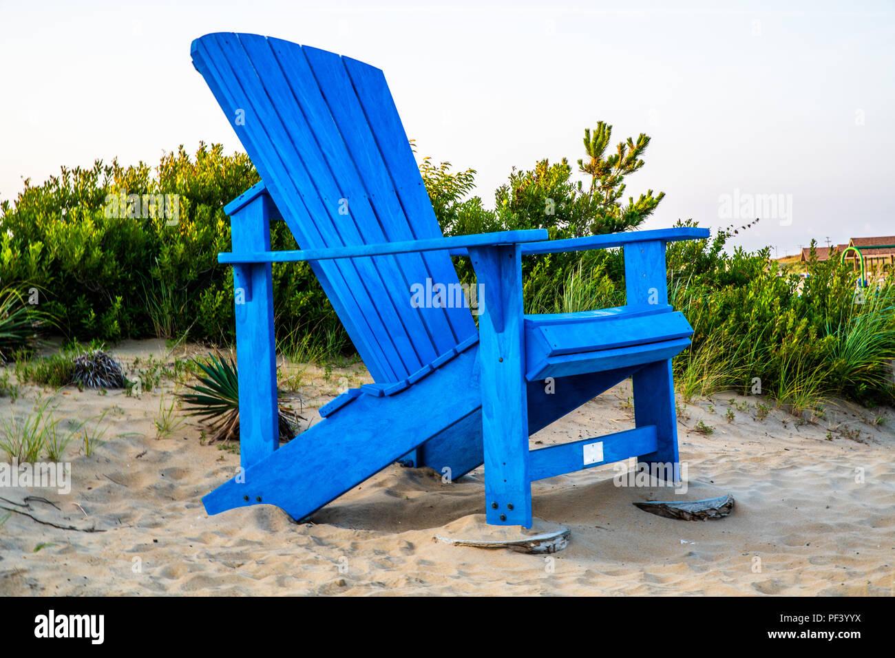 Un gigante blu sedia adirondack a Sandbridge in Virginia