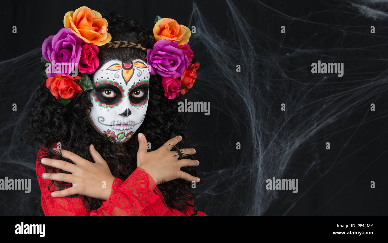 Closeup ritratto di Calavera Catrina. Bambina con teschio di zucchero del trucco. Il dia de los Muertos. Il giorno dei morti. Halloween. Foto Stock