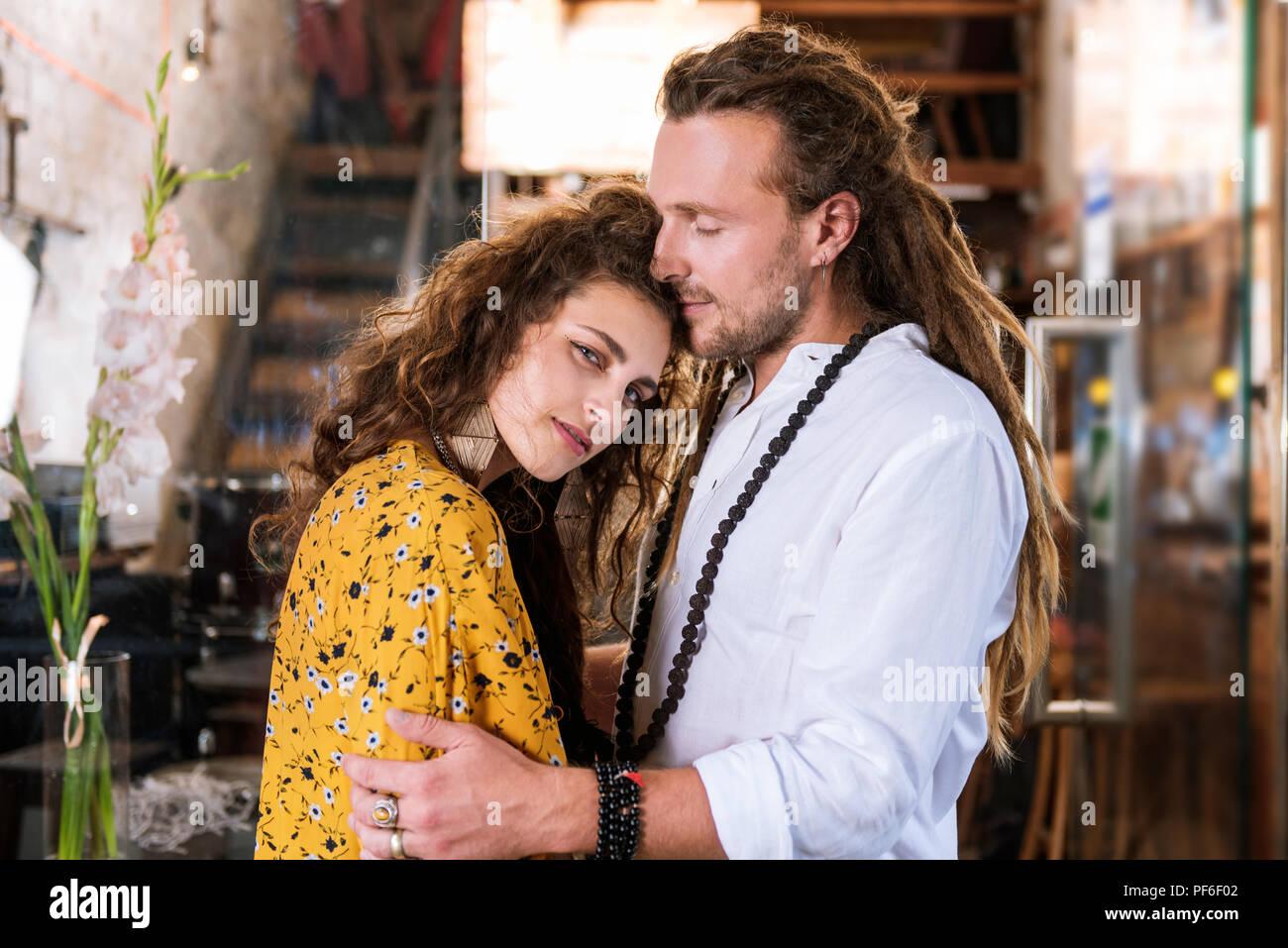 Curly dai capelli scuri donna appoggiata al suo uomo forte Immagini Stock