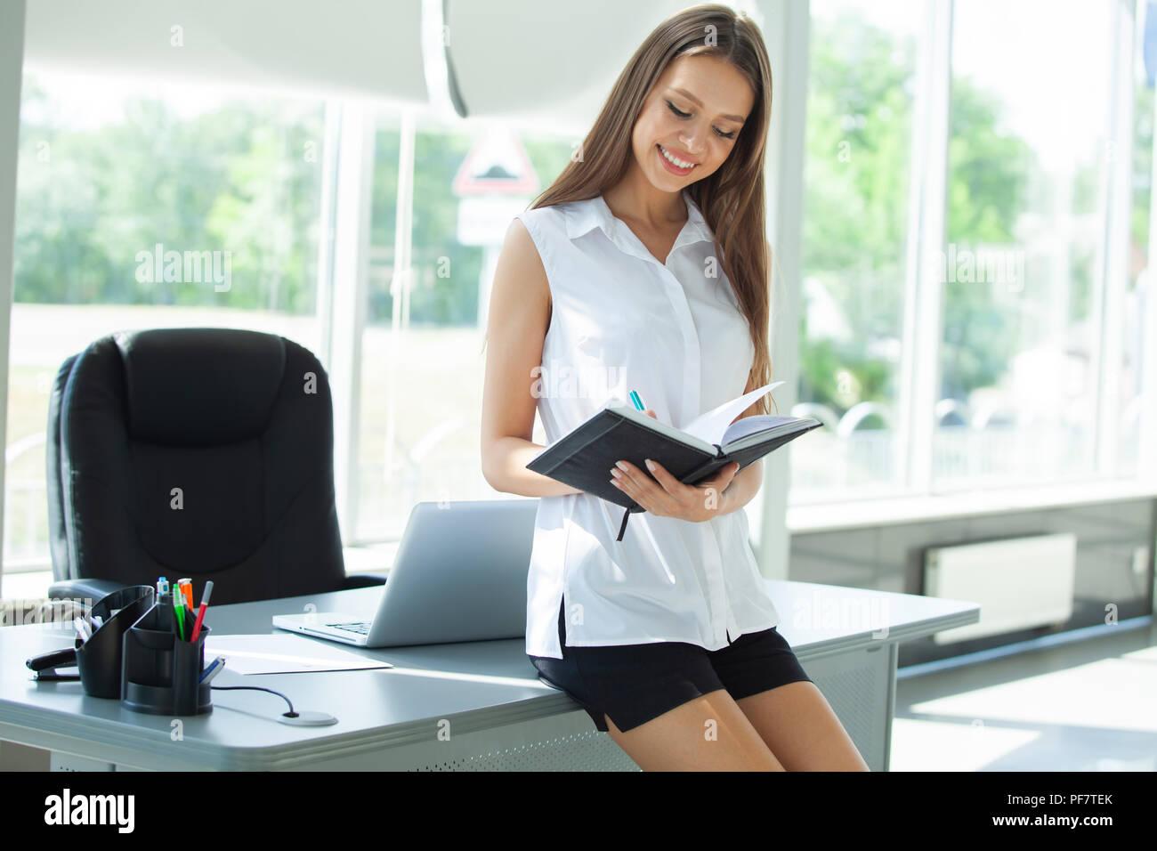 Business donna lavora in ufficio con documenti. Immagini Stock