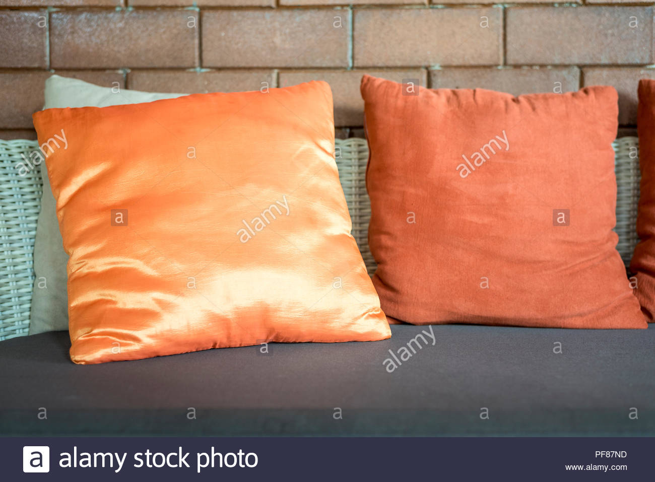 Soggiorno moderno con cuscino colorato sul divano letto, la ...