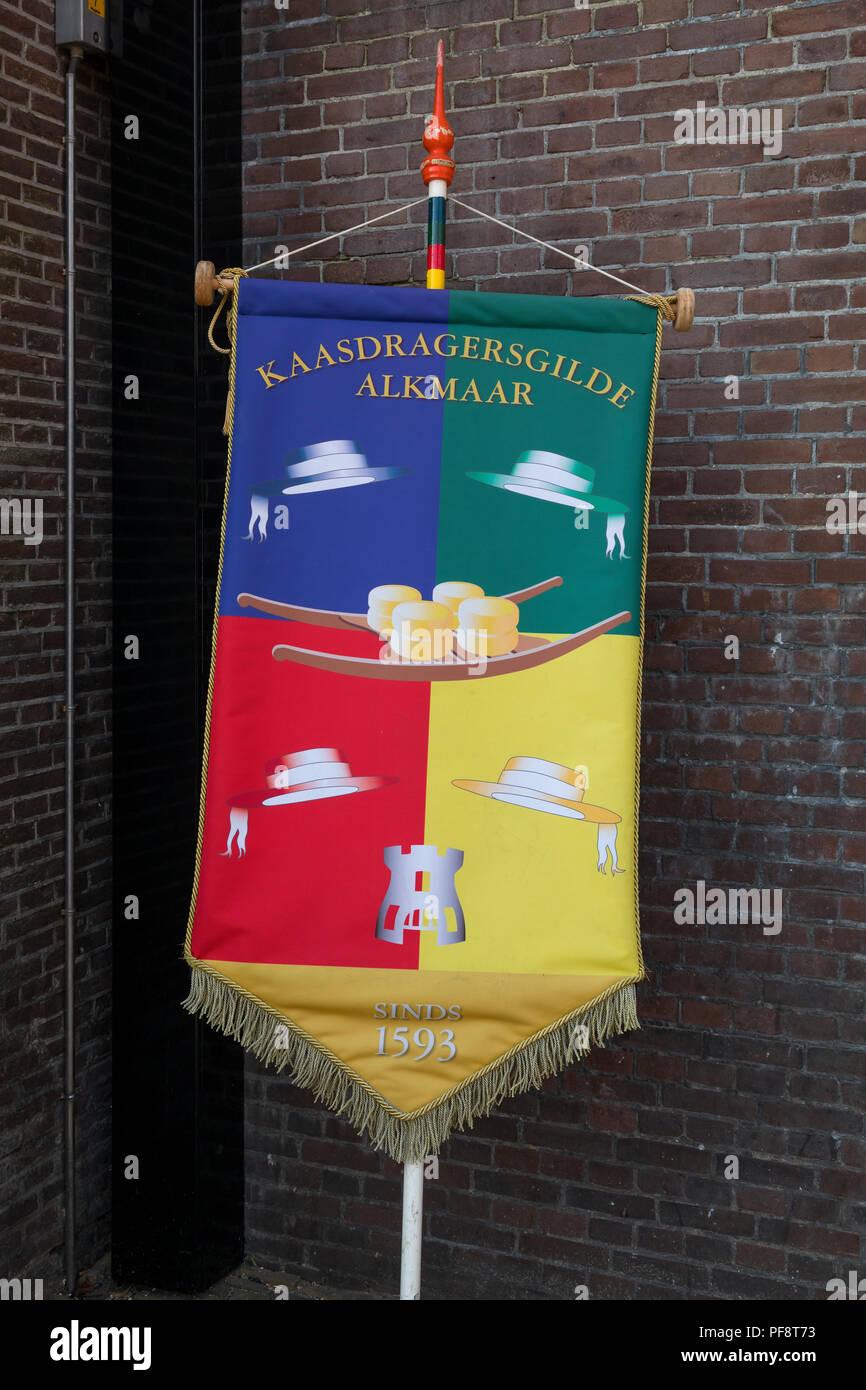 Alkmaar, Paesi Bassi - Luglio 20, 2018: Tradizionale banner colorati di Cheese Carrier gilda di Alkmaar Immagini Stock