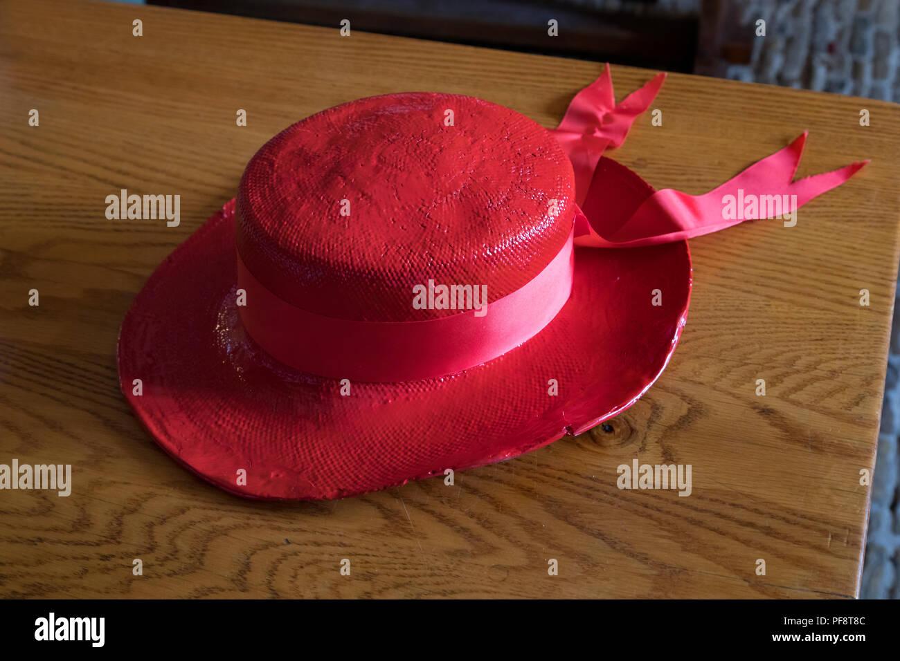 Alkmaar, Paesi Bassi - Luglio 20, 2018: tradizionale rosso cheese carrier hat come un simbolo di Alkmaar guild Immagini Stock