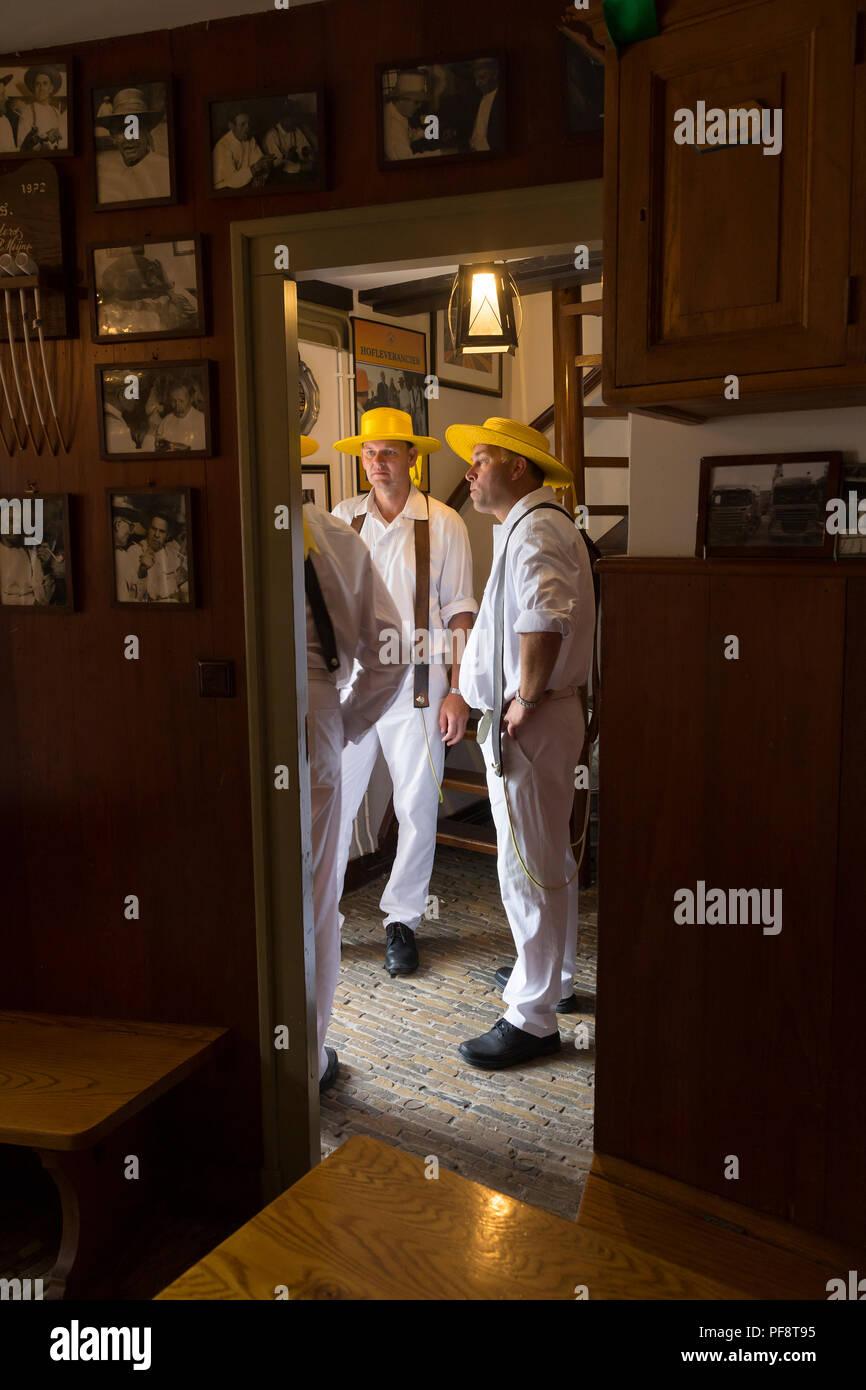 Alkmaar, Paesi Bassi - Luglio 20, 2018: Cheese Carrier parlando nella storica sala del loro sala di attesa durante il mercato del formaggio Immagini Stock
