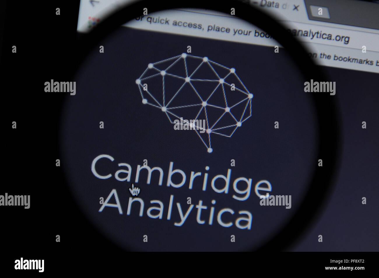 Il Cambridge Analytica sito web sito web visto attraverso una lente di ingrandimento Immagini Stock