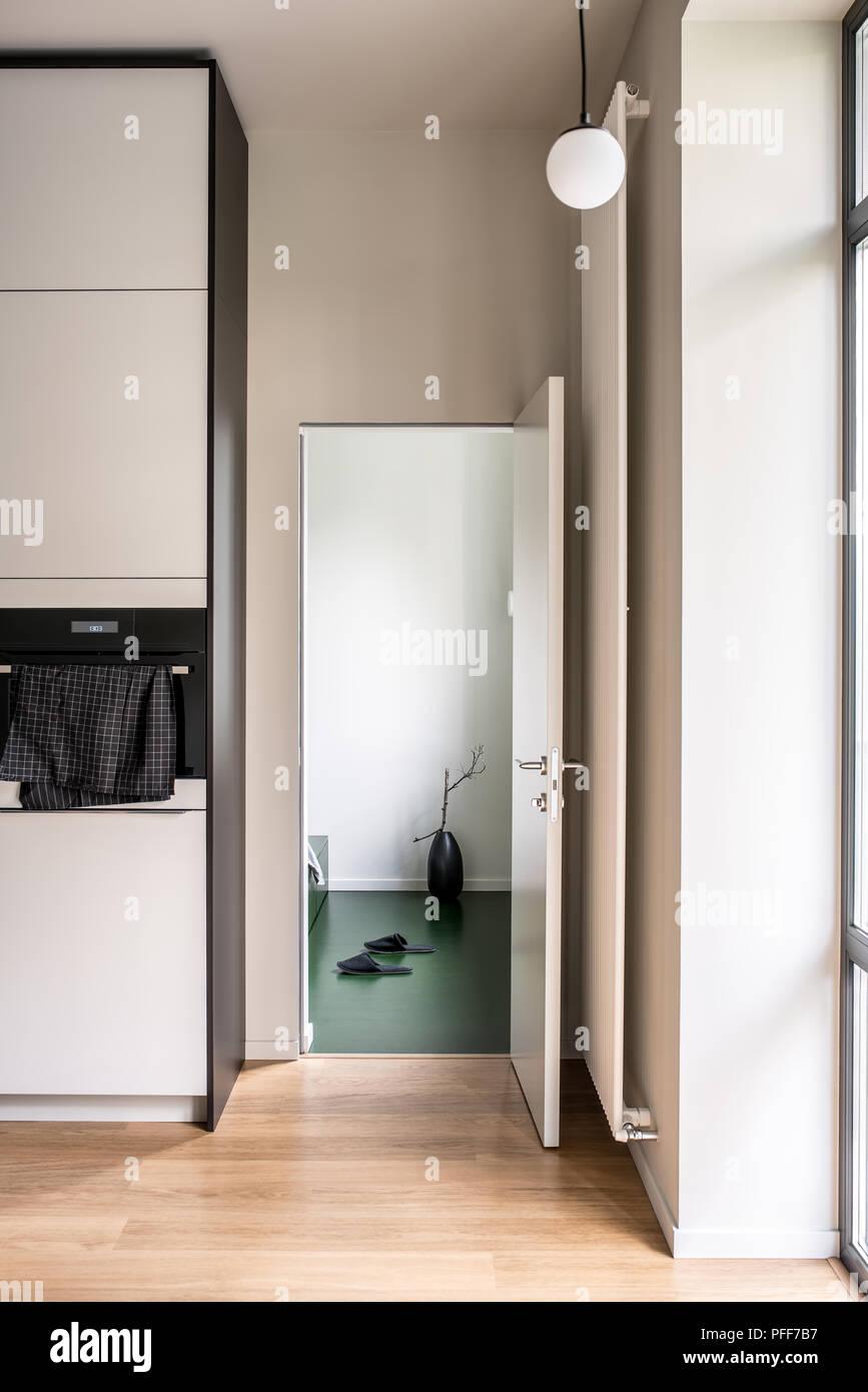 Cucina moderna con pareti bianche e pavimenti in parquet. Ci sono ...