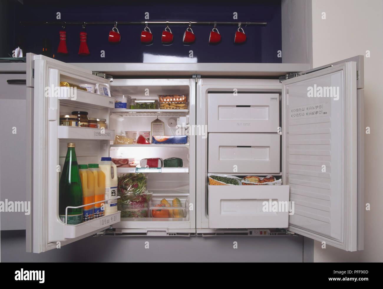 Interno di un piccolo frigo-congelatore Foto & Immagine ...