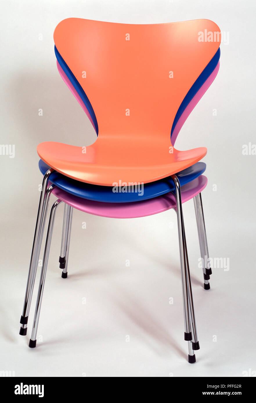 Tre vivacemente colorate sedie di plastica impilate una sull\'altra ...