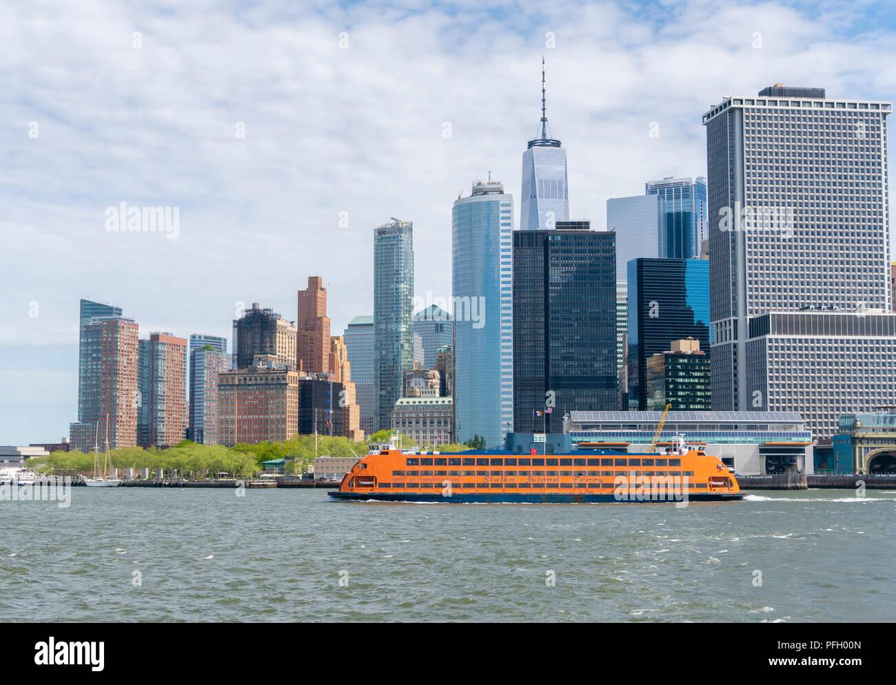 La Staten Island Ferry uscire dalla parte inferiore di Manhattan a New York City Immagini Stock