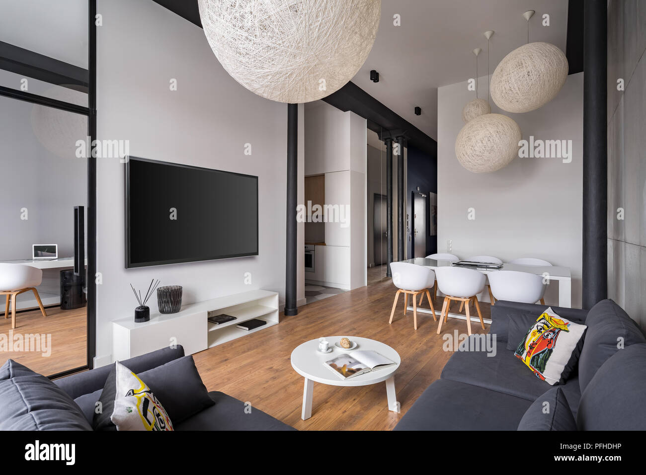 Elegante soggiorno con sfera paralumi e grigio divano ad angolo