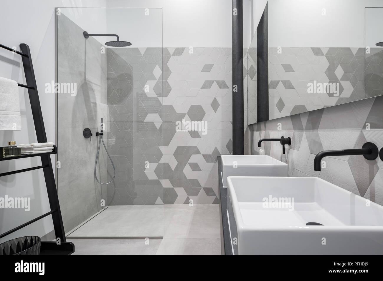 Nuovo design bagno con doccia e due lavandini in grigio e bianco