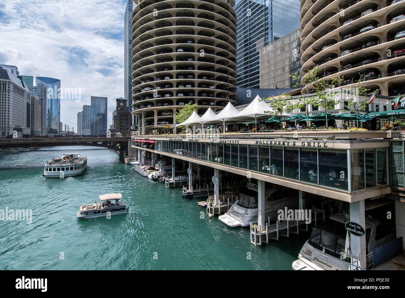 Vista del fiume Chicago dallo Stato Street Bridge, Marina Towers, del centro cittadino di Chicago. Immagini Stock