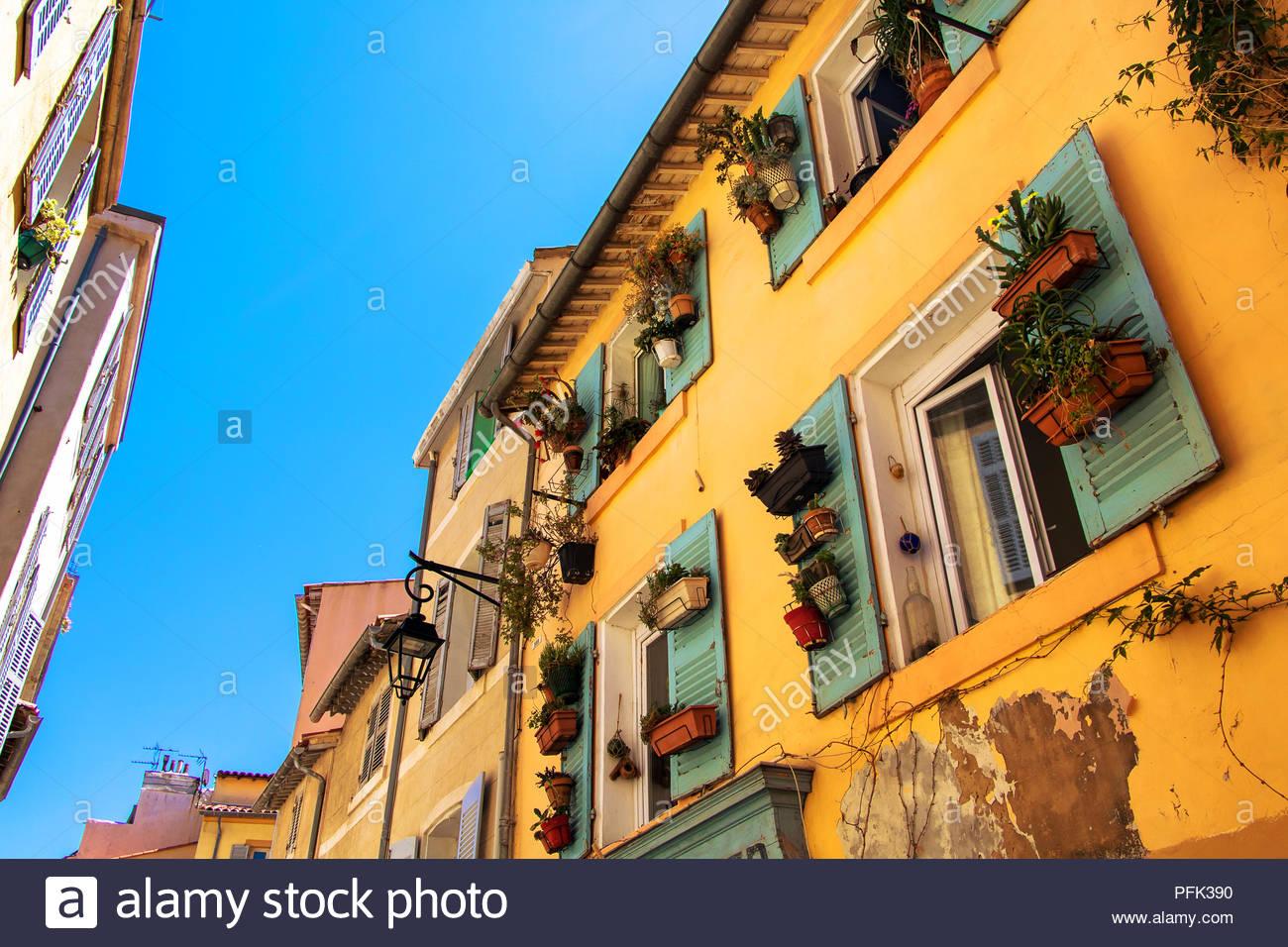 Il Panier Marsiglia Francia, edificio residenziale nel centro storico della città di Marsiglia aprire windows persiane di legno piante edifici abitativi Immagini Stock