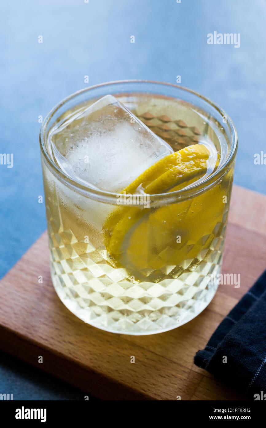 Irish Ale Cocktail con birra allo zenzero, limone e ghiaccio. Bevanda alcolica. Immagini Stock