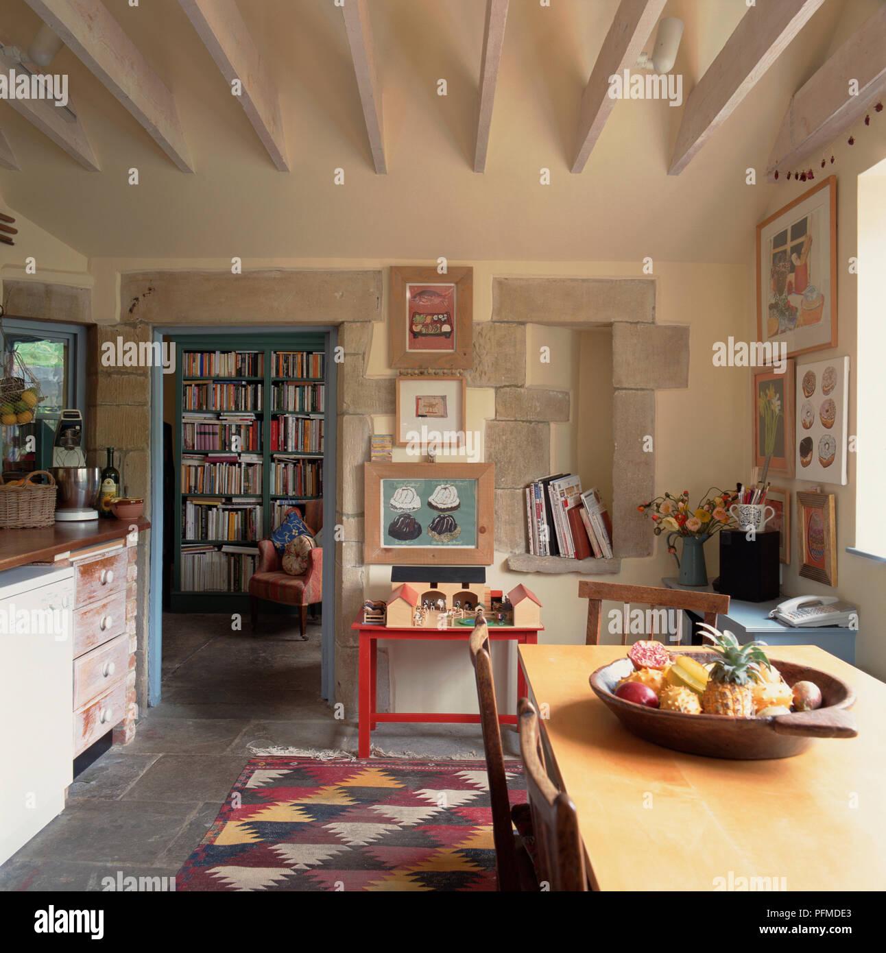 Grande cucina rustica, modellato tappeto sul pavimento piastrellato ...