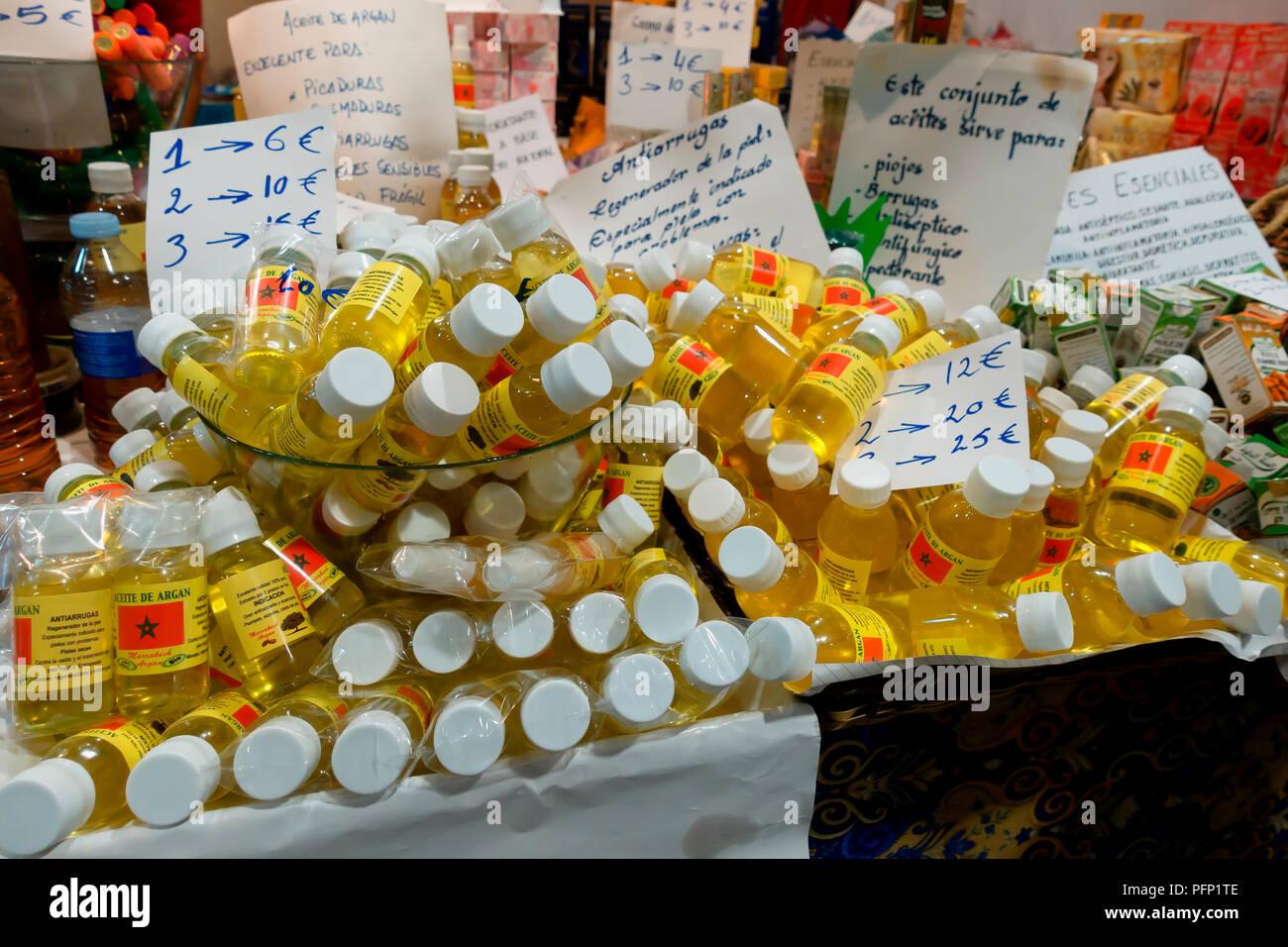 Un stand con vendita di olio di Argan a Gijon Fair 2018. Agosto 16, 2018. Spagna. Antiossidante e prodotto di guarigione e di più. Immagini Stock