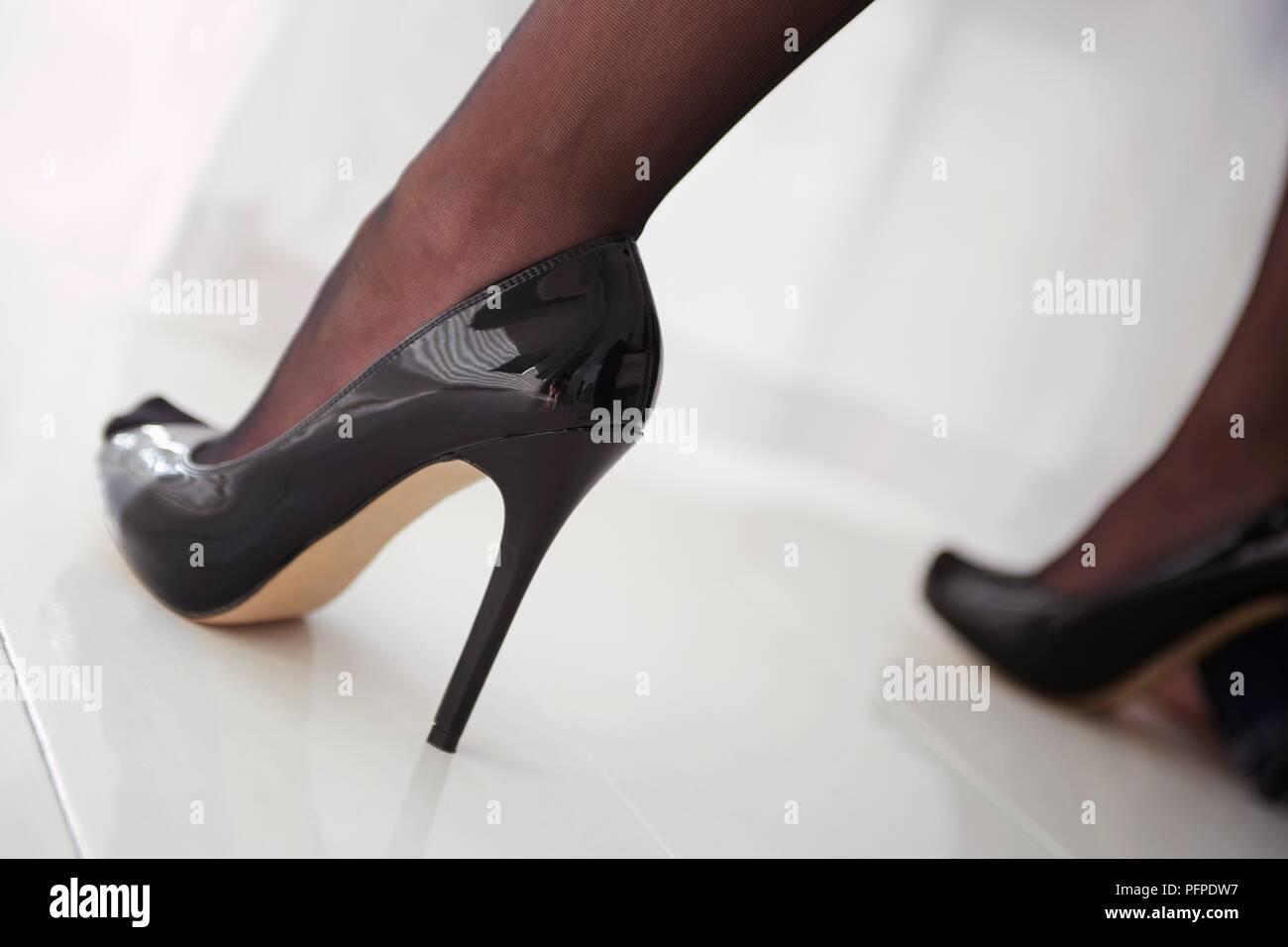 Close up sulla donna di piedi vestita di nero tacco alto