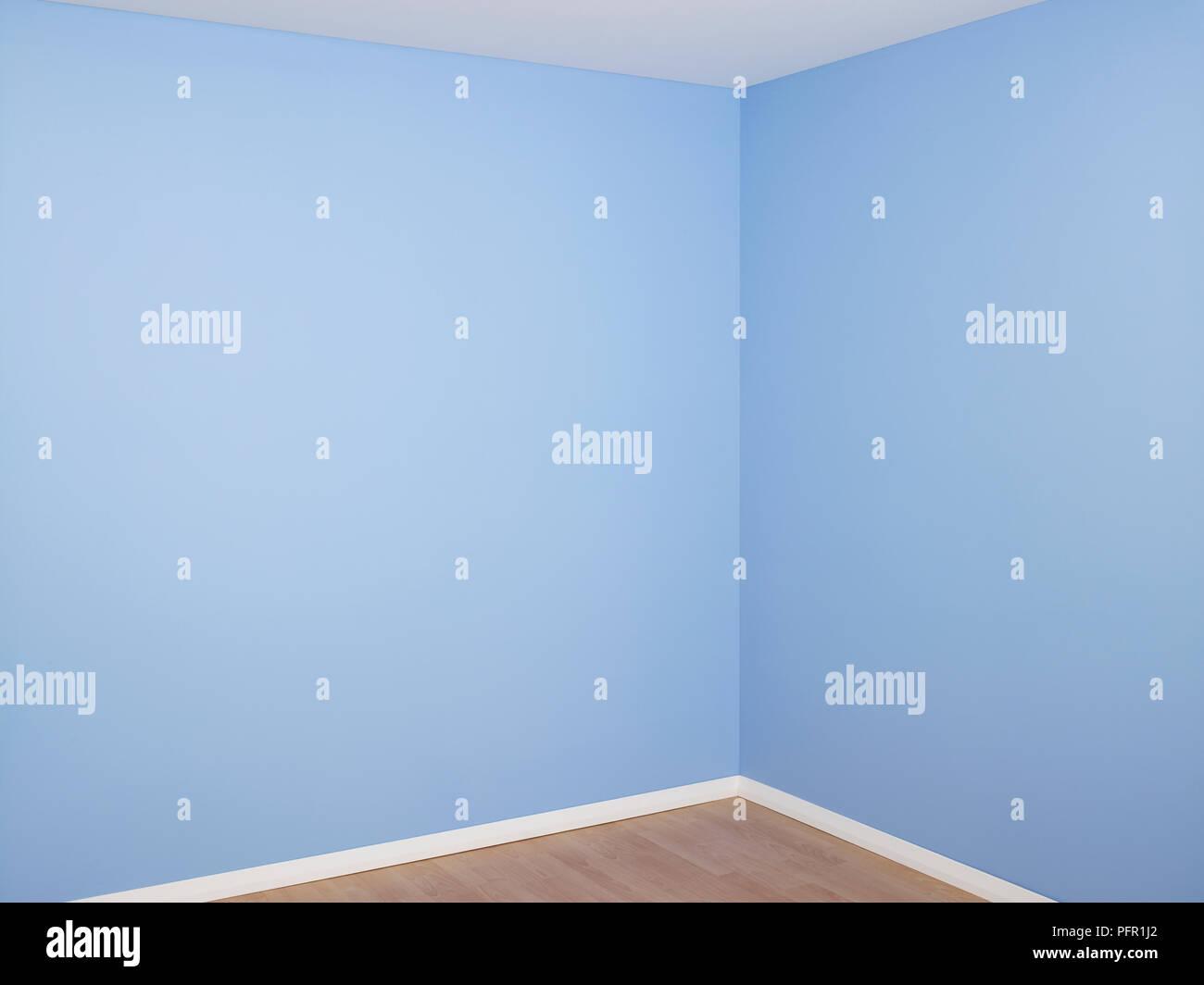 Battiscopa In Legno Bianco stanza vuota con recentemente decorato pareti blu, bianco
